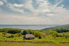 在河风景附近的传统村庄房子 免版税库存图片