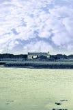 在河香农出海口的爱尔兰土气村庄 库存照片