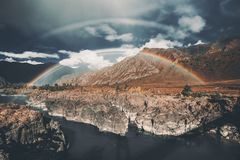 在河,山的双重彩虹 库存图片