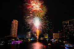 在河,曼谷泰国的烟花 免版税库存照片
