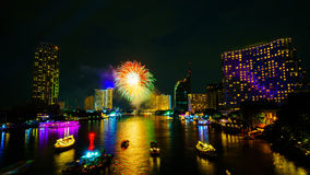 在河,曼谷的烟花 库存图片