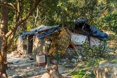 在河,果阿,印度附近的贫民窟房子 图库摄影