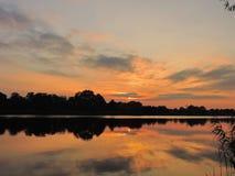 在河,立陶宛附近的美好的日落 库存图片