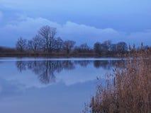 在河,立陶宛附近的美好的蓝色日落 库存照片
