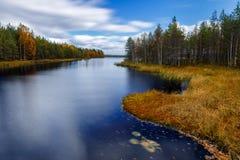 在河,芬兰的秋天 免版税库存图片