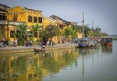在河,越南的会安市大厦 免版税库存照片