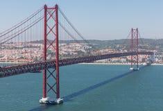 在河,里斯本的桥梁 免版税库存图片
