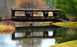 在河,霍利斯,日出的缅因的被遮盖的桥 库存照片