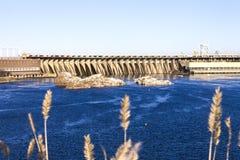 在河,水坝,海岛的发电站 库存照片