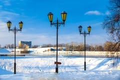 在河, Uglich,俄罗斯前的三根路灯柱 库存图片