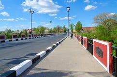 在河1812在Polotchyna,波洛茨克,白俄罗斯战争的Polota纪念碑的红色桥梁  库存照片