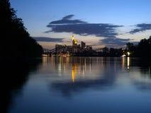 在河主要的看法对法兰克福地平线  库存图片