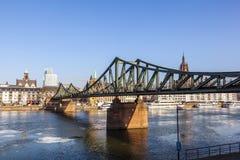 在河主要的Eiserner steg 免版税库存图片