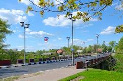 在河1812,波洛茨克,白俄罗斯战争的Polota纪念碑的红色桥梁  免版税库存照片