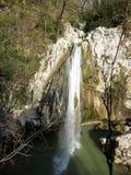 在河Agura的强有力的瀑布 索契邻里  免版税图库摄影
