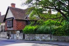 在河Avon,萨利,威尔特郡,英国附近的历史建筑 库存照片