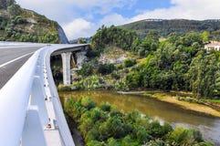 在河Brazo市长的现代路桥梁在钦琼特佩克火山de la B 库存图片