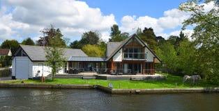 在河Bure的河岸的豪华物产Horning的诺福克英国 库存图片