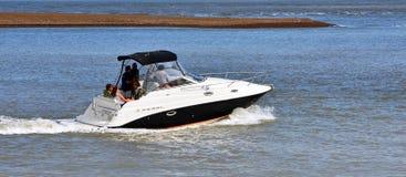 在河Deben费利克斯托轮渡萨福克的出海口的力量小船 免版税库存图片