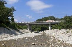 在河Dede的路桥梁在Dederkoy村庄  免版税库存照片