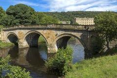 在河Derwent的石路桥梁Chatsworth房子庄园的,德贝郡 免版税图库摄影