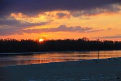 在河Dnieper的明亮的日落在冬天 库存图片