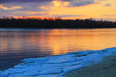 在河Dnieper的明亮的日落在冬天 库存照片