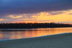 在河Dnieper的明亮的日落在冬天 免版税库存照片