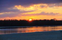 在河Dnieper的明亮的日落在冬天 免版税库存图片