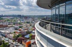 在河Dnieper,大厦的清早在水第聂伯罗彼得罗夫斯克,乌克兰中反射了 图库摄影