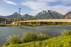 在河Dunajec,波兰/斯洛伐克的人行桥 免版税图库摄影