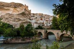 在河Júcar的桥梁有在岩石的城堡的在Alcalà ¡ del JAocarar在阿尔瓦萨特,西班牙 免版税图库摄影