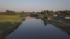 在河Kamenka的飞行在古老俄国市日落的苏兹达尔 股票视频