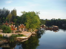 在河Kwai旁边的菩萨寺庙 库存图片