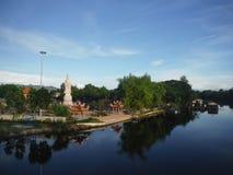 在河Kwai旁边的菩萨寺庙 免版税库存图片