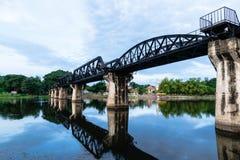 在河Kwai `死亡桥梁`的桥梁在黎明,北碧,泰国 免版税图库摄影