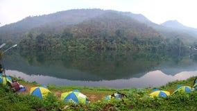 在河Kwai kanchanaburi附近的野营的帐篷,泰国 股票视频