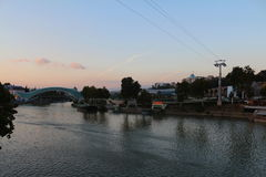 在河Mtkvari的和平桥梁在第比利斯,乔治亚 图库摄影
