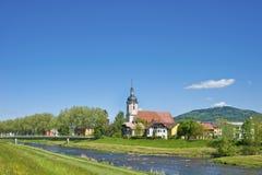 在河Murg的看法教区教堂圣徒的Laurentius 图库摄影