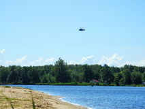 在河Nemunas,立陶宛的飞行直升机 库存图片