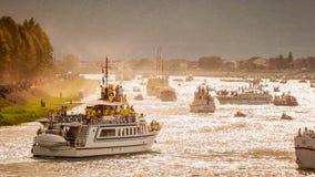 在河Neretva的数十条小船有数千个观众的在Metkovic,克罗地亚观看传统小船马拉松 免版税库存照片