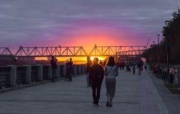 在河OB,鄂毕河堤防,俄罗斯,新西伯利亚的日落 免版税库存照片
