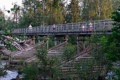 在河Olonka,共和国卡累利阿的步行木桥 图库摄影