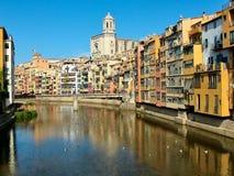 在河Onyar在希罗纳在卡塔龙尼亚,西班牙 库存照片