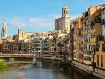 在河Onyar在希罗纳在卡塔龙尼亚,西班牙 库存图片