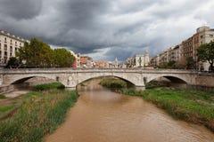 在河Onyar的石桥梁在希罗纳 免版税库存照片