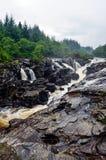 在河Orchy,苏格兰的Eas Urchaidh瀑布 免版税库存图片