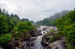在河Orchy,苏格兰的Eas Urchaidh瀑布 免版税库存照片