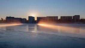 在河Oulujoki的仲冬日出 免版税库存照片