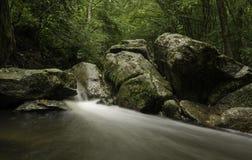 在河Pakra,克罗地亚的绿色岩石 库存图片
